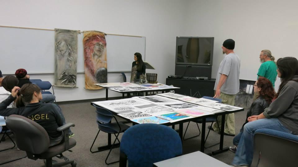 Cory, Shannon y John critican las obras de arte de los estudiantes