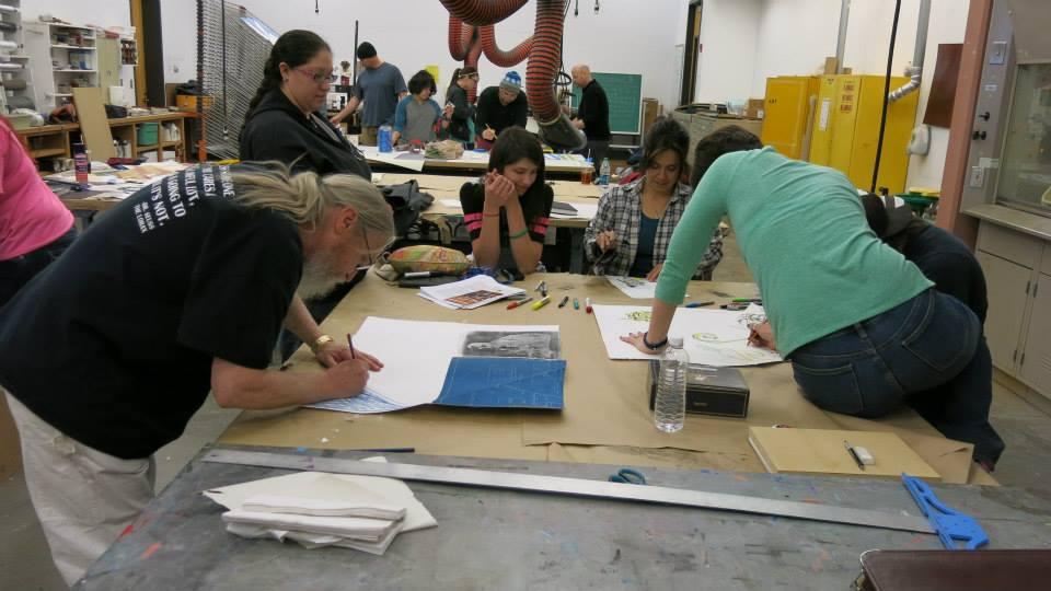 Estudiantes de arte trabajando en la colaboración.