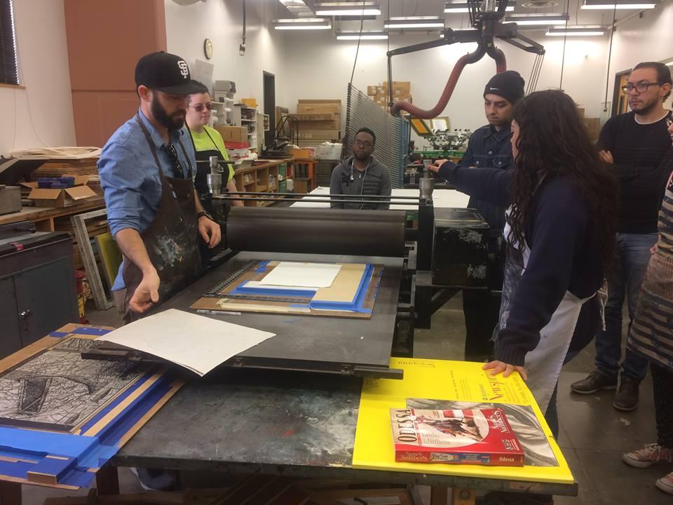 Estudiantes que ayudan a Martin a imprimir