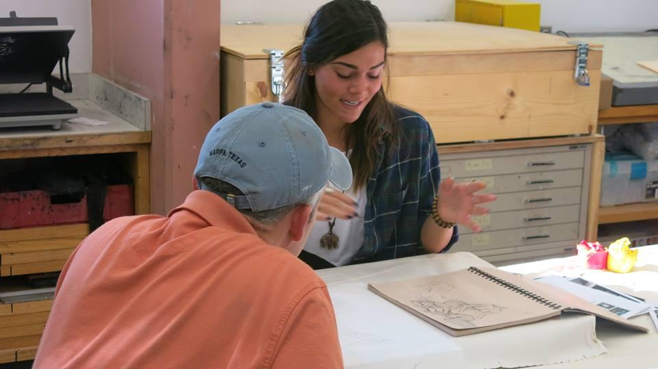 Richardson critica las obras de arte de los estudiantes