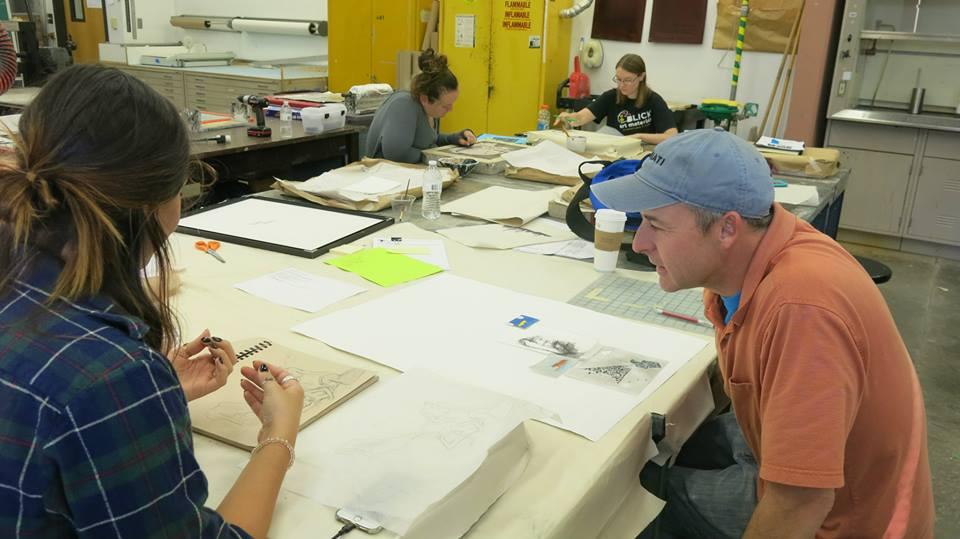 Estudiantes de arte que ayudan a Richardson con su obra de arte