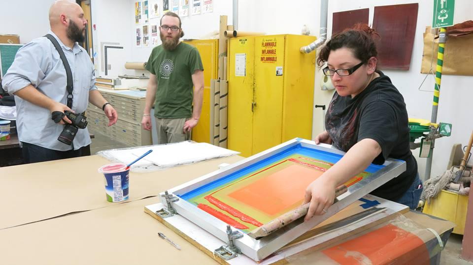 La estudiante de arte Cynna ayuda a McGovern con la serigrafía