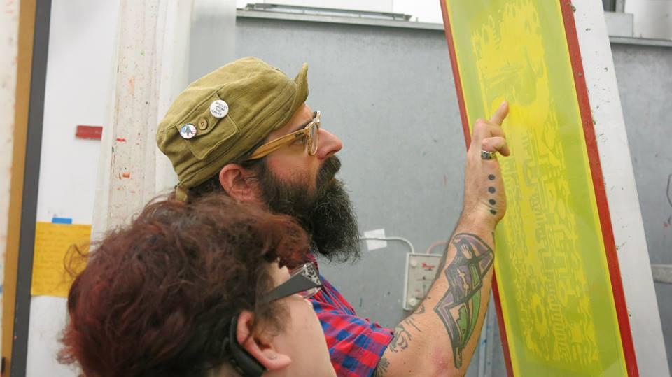 McGovern examinando una pantalla