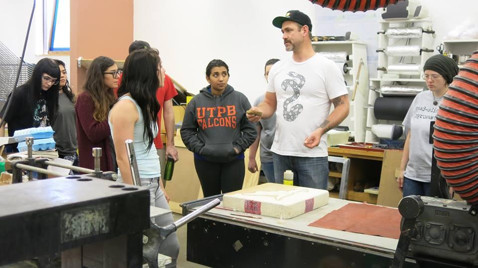 O'Malley explicando el proceso de grabado a estudiantes de arte