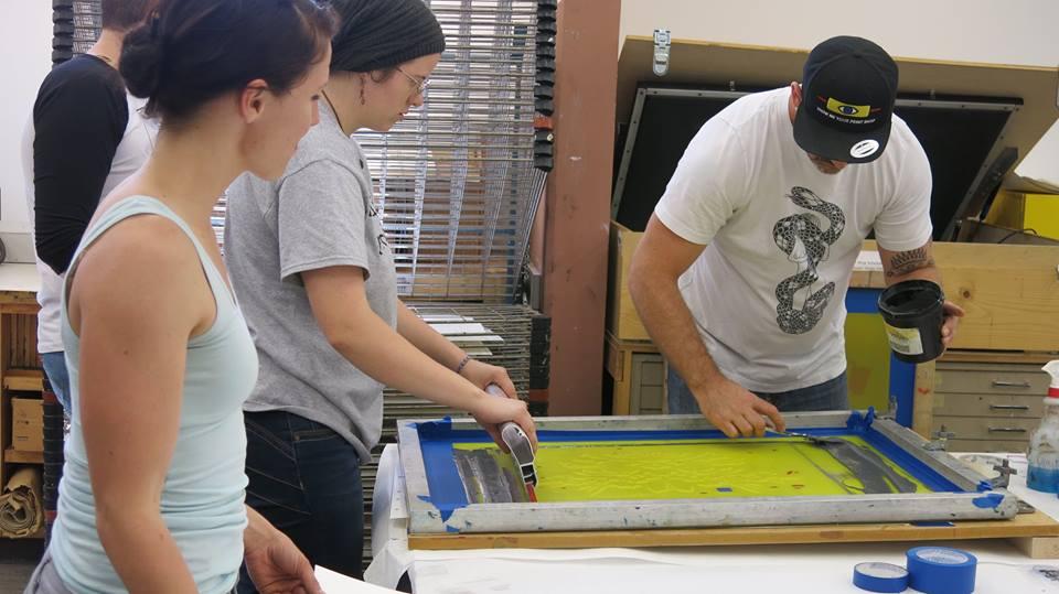 O'Malley preparando las pantallas para imprimir