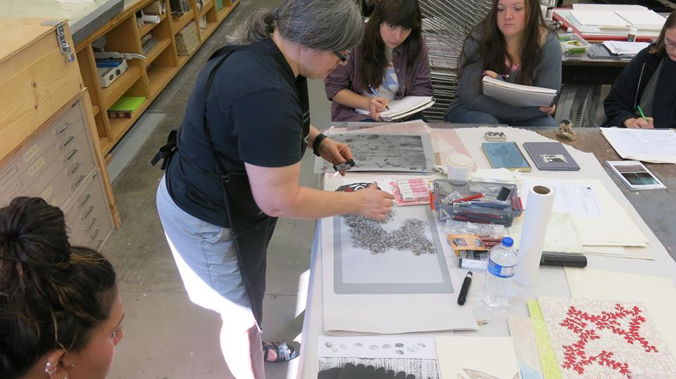 Sarah Marshal procesando una placa litográfica