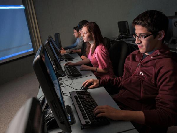 estudiantes trabajando en computadoras