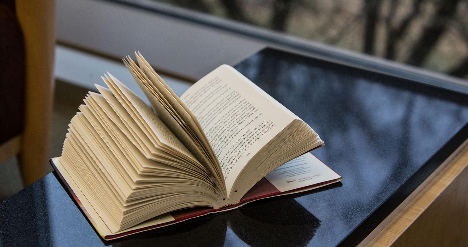 libro abierto en la mesa