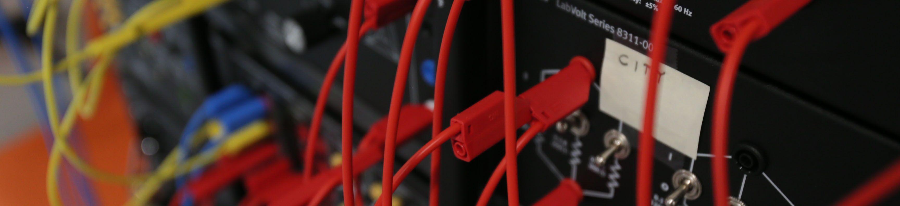 Cables conectados a la parte posterior de un sistema