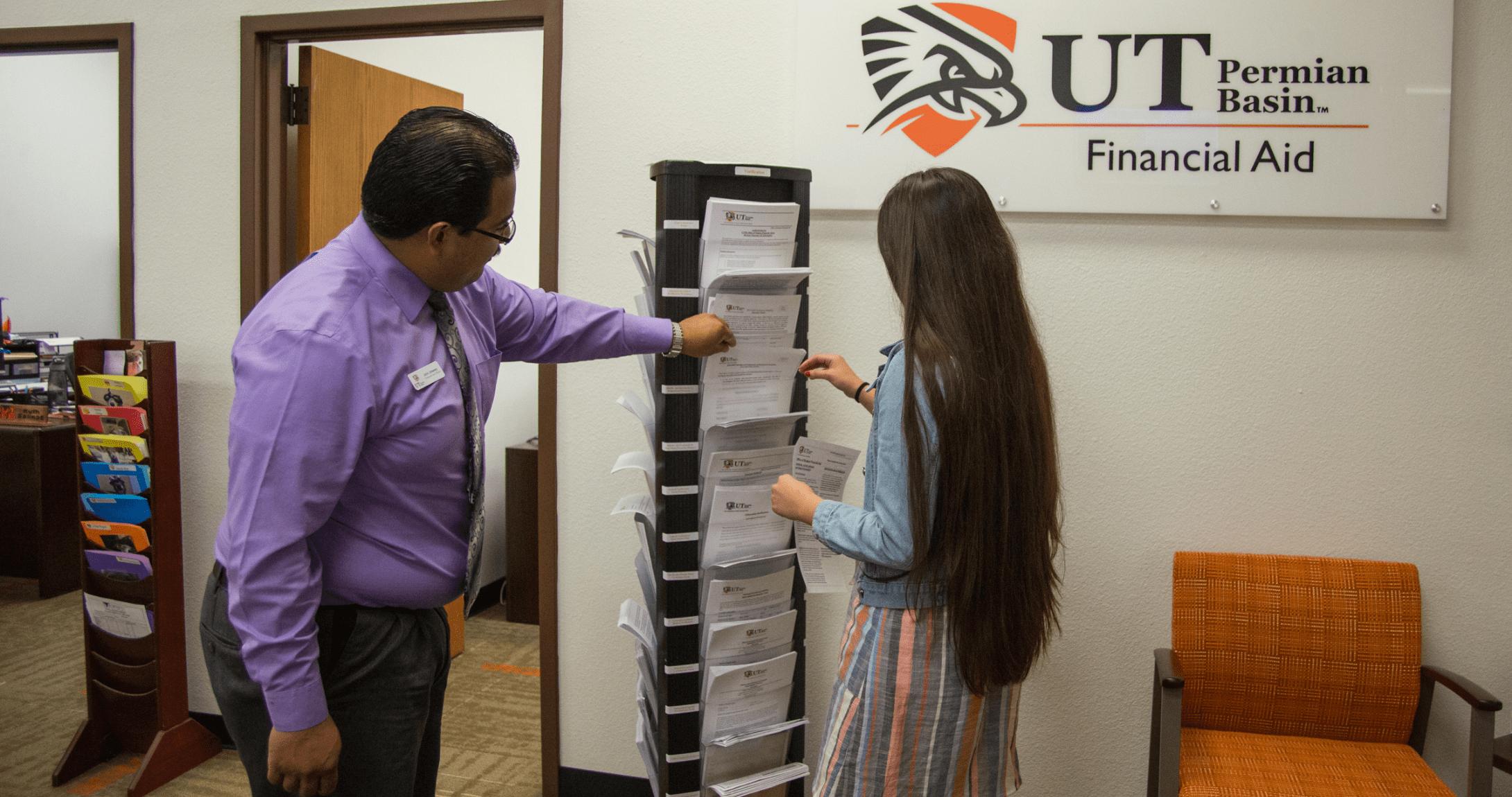 Estudiante en oficina de ayuda financiera