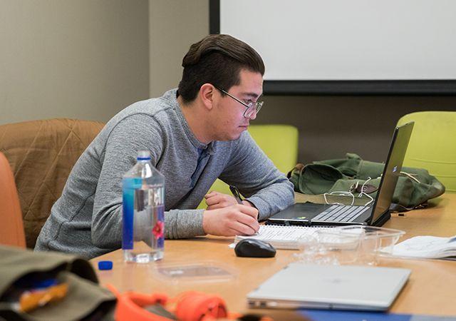 Chico en una computadora portátil en un laboratorio