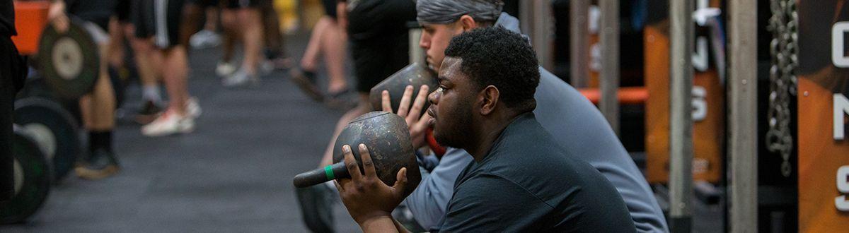 atletas levantando pesas