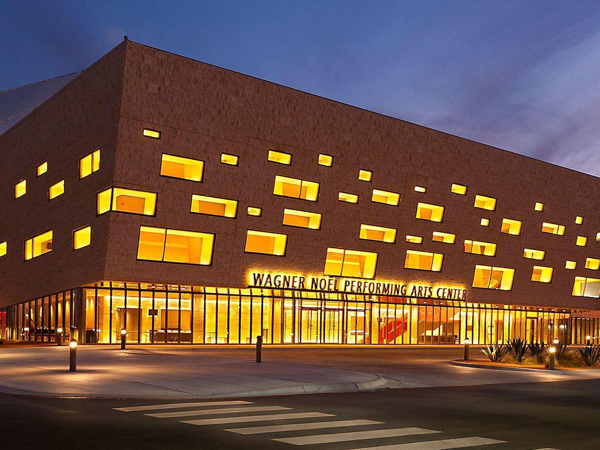Centro de artes escénicas en la noche
