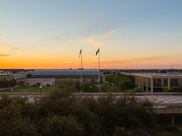 puesta de sol sobre el campus
