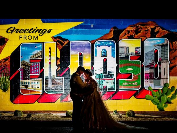 Pareja delante del cartel de El Paso