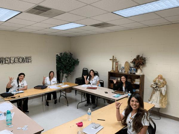 estudiantes de enfermería hacen llamadas para ayudar a combatir COVID-19