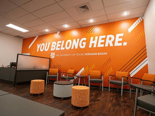 Foto de la pared del centro de bienvenida que dice You Belong Here