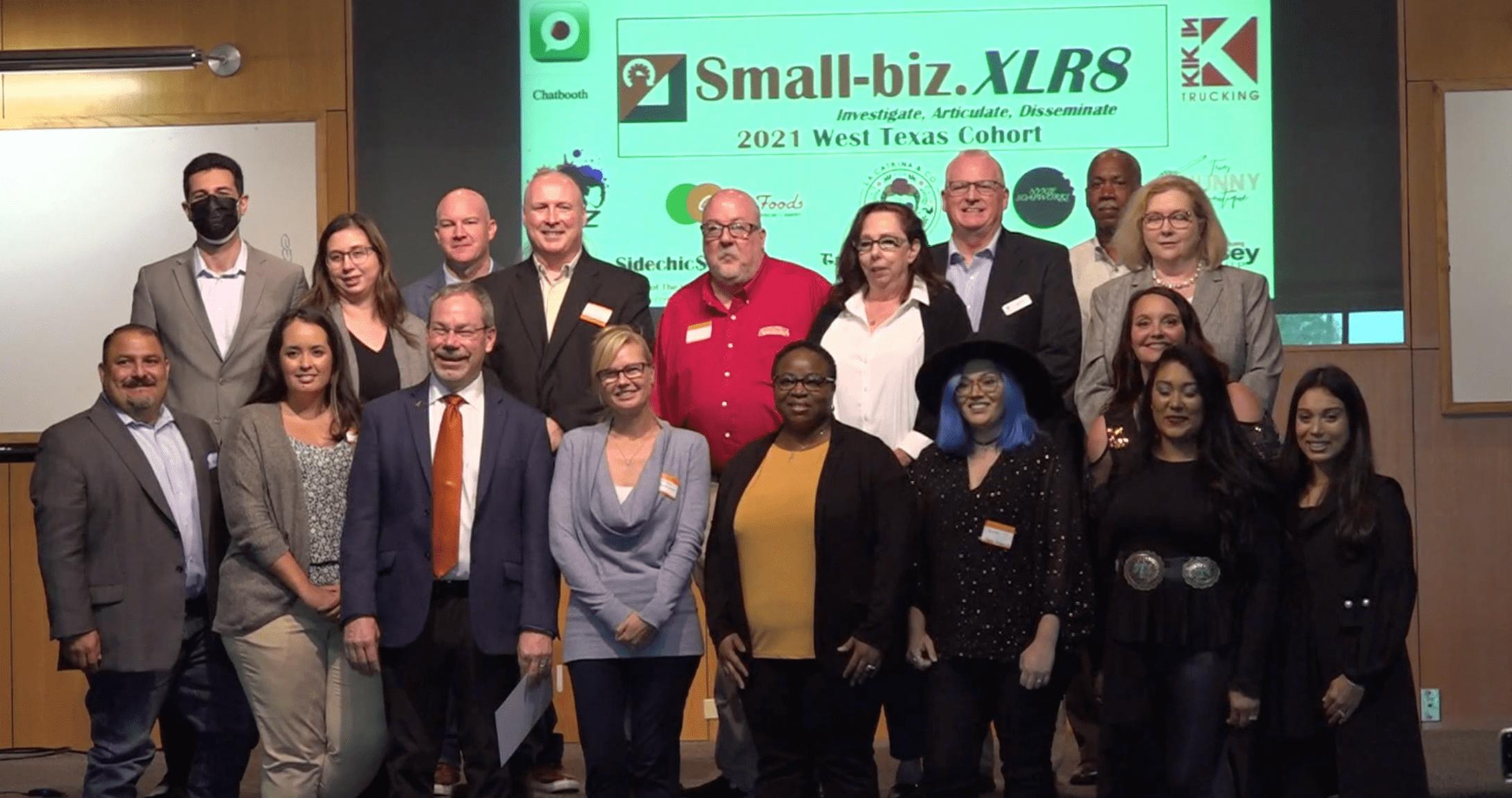 propietarios de pequeñas empresas sonriendo para la cámara después de las presentaciones de lanzamiento