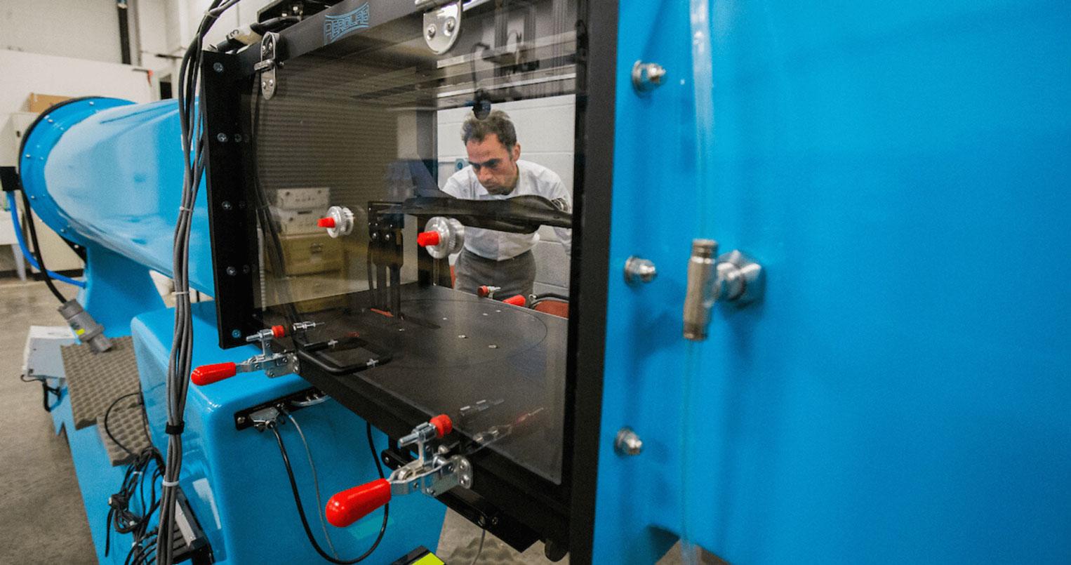 Fotografía genérica de equipos de laboratorio de ingeniería.