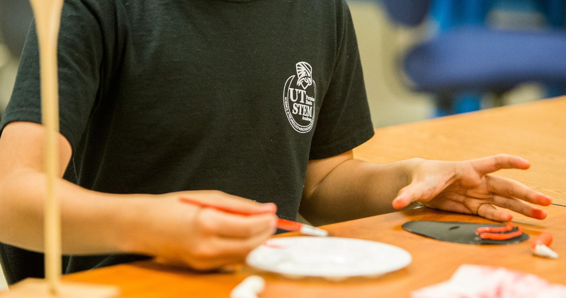 Estudiante de la Academia STEM trabajando en proyecto